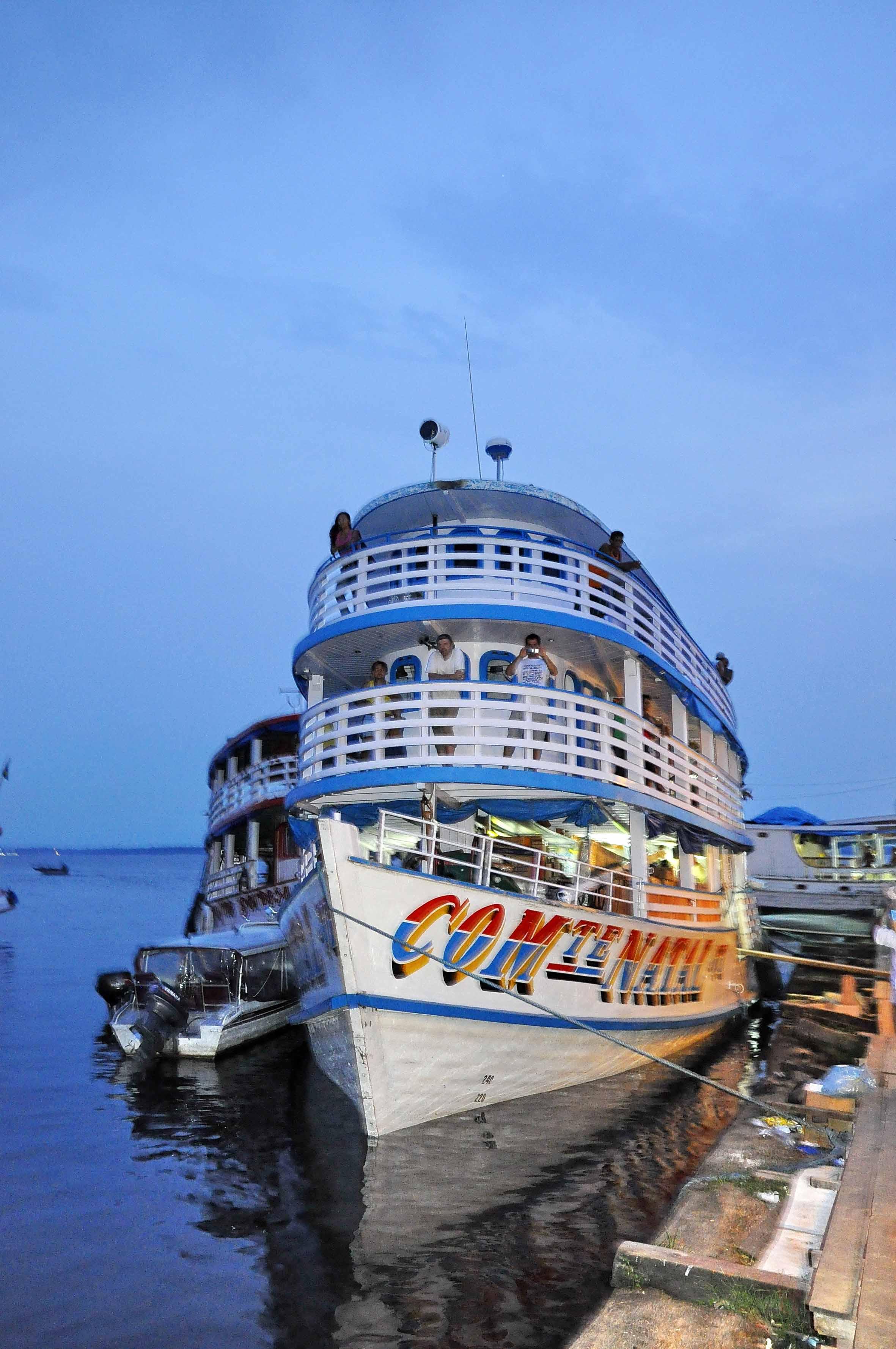 Passagierschiff am Rio Negro